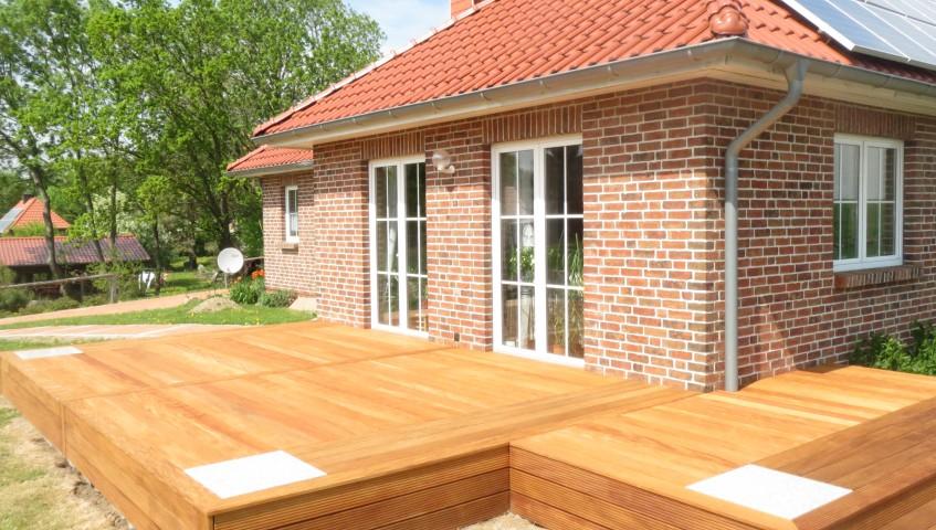 Bangkirai Terrasse mit Steinelementen vom Unternehmen Holzbau Jenss