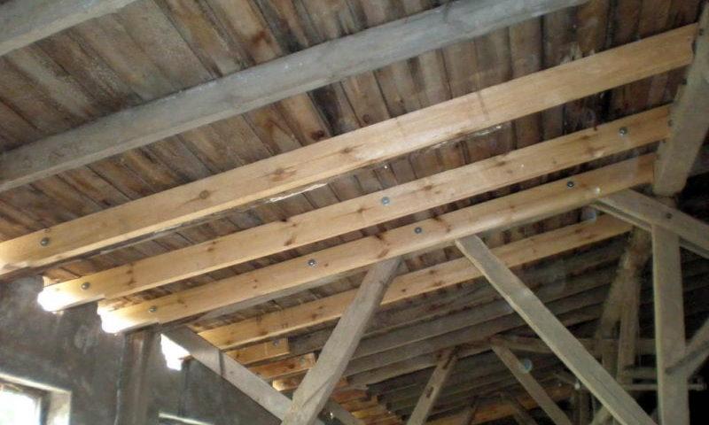 Dachstuhl aus Holz von der Firma Holzbau Jenss