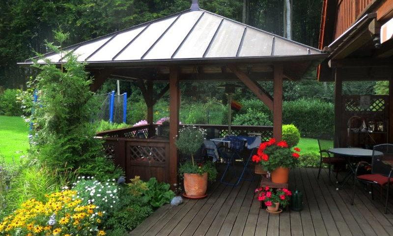Pavillon an der Terrasse von der Firma Holzbau Jenss